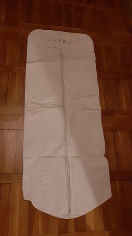 Duży biały pokrowiec na ubranie suknię