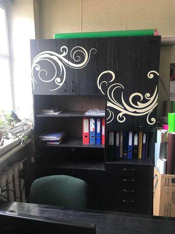 Шкаф черный с полосками