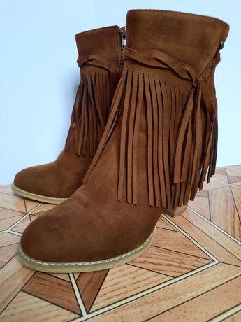 Коричневые ботинки на каблуке с бахромой