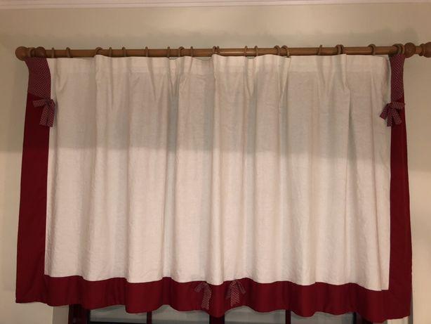 Conjunto de cortina, camilha e naprons em linho