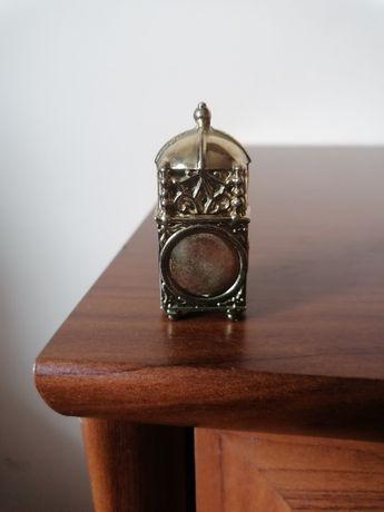 Miniaturowy, mosiężny bogato zdobiony stojący zegar