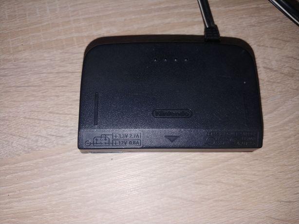 Zasilacz do Nintendo 64 z przejściówką.