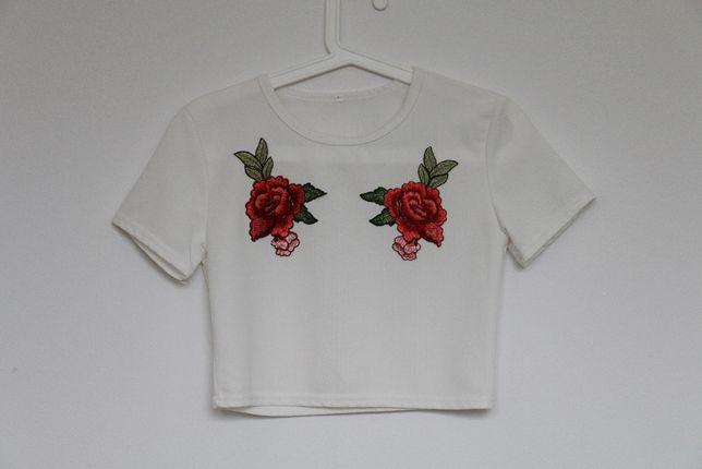 Koszulka crop top z naszytymi kwiatami