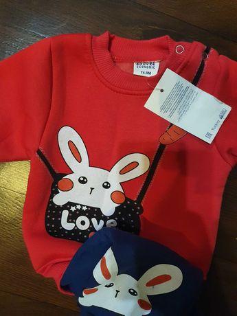 Новый костюм на флисе, свитер и штаны (на 6- 12 месяцев).