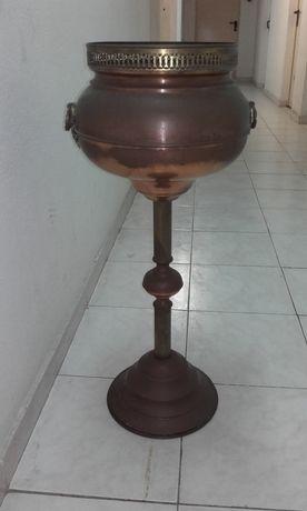 Floreira de pé alto em cobre