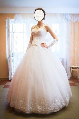 обшитое бисером, стразами и кружевом свадебное платье весільна сукня