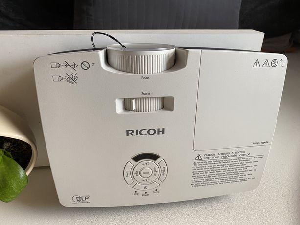 Projektor Ricoh plus ekran