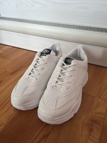 Белые кроссовки.