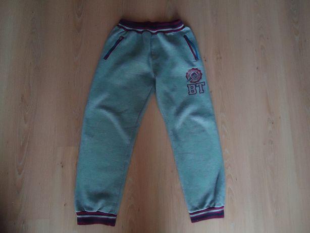 Фирменные тёплые спортивные брюки на мальчика 8-10 лет, дёшево.