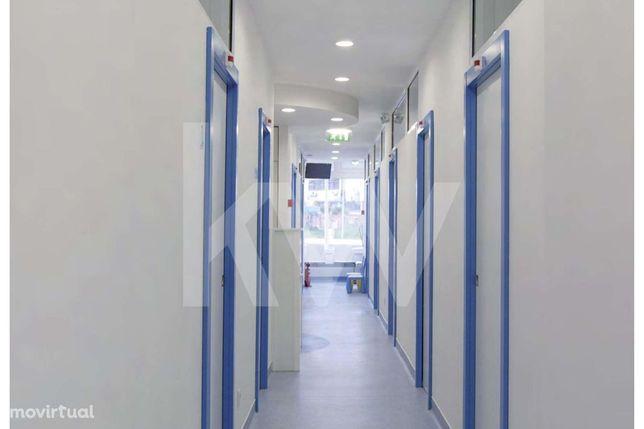 Clinica bem localizada em Carnide, bons acessos e transportes