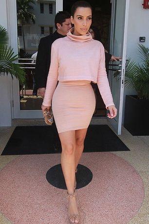 Костюм Ким Кардашьян розовый юбка гольф Kim Kardashian