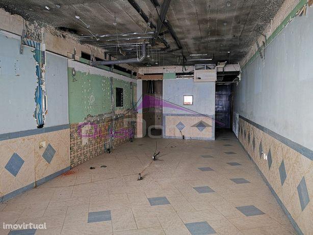 Loja com 47 m2, a necessitar de obras.