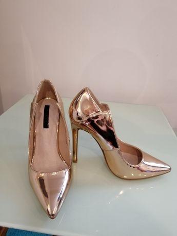 Buty złote szpilki