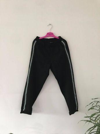 Cygaretki - spodnie z zielonym paskiem