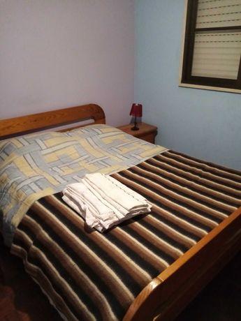 Alugo 2 quartos em apartamento duplex