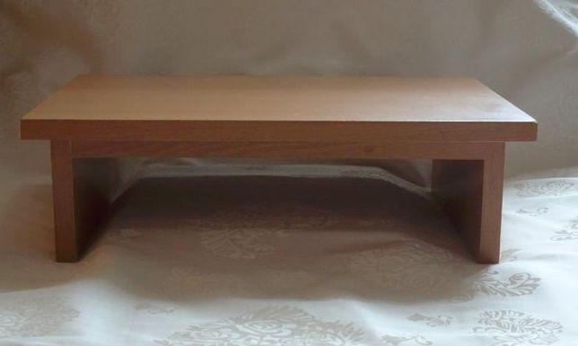 Półka-podstawka pod monitor lub drukarkę z miejscem na papier.