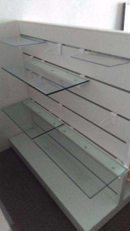 Expositor ambos lados e 6 prateleiras em vidro. Com rodas