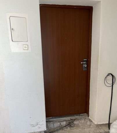 Срочно продам входную дверь