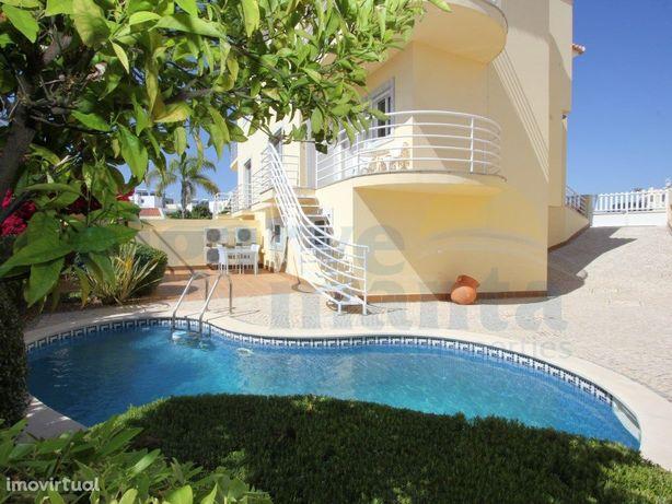 Moradia V3 geminada com piscina privada, garagem com port...