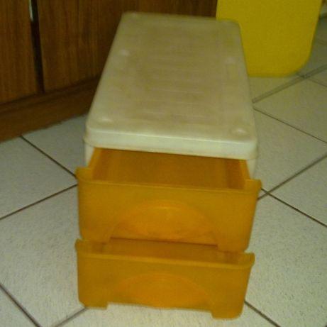 Pojemnik z szufladami.