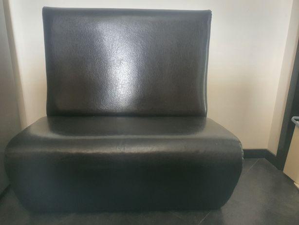 Sofa preto pequeno