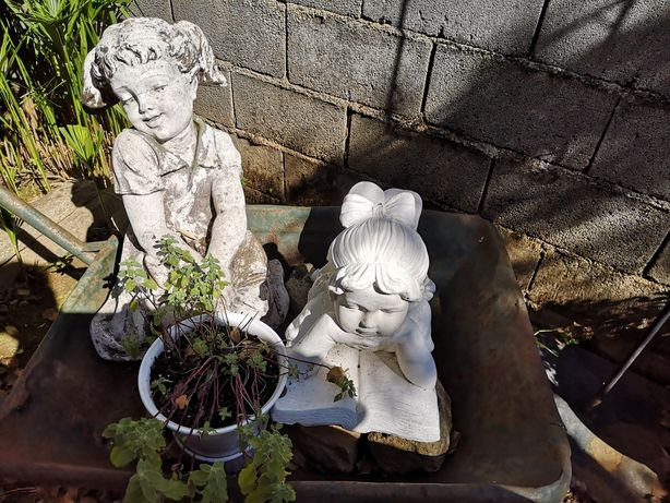 Duas estátuas de jardim