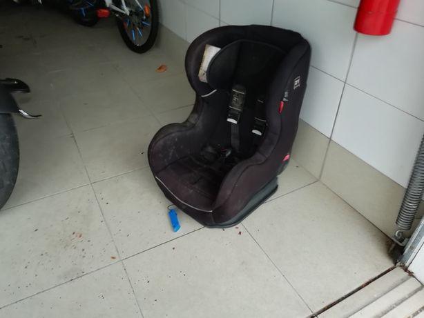 Cadeira de crianças para carro.
