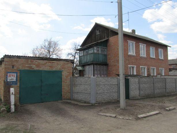 пол дома с отдельным двором и гаражем