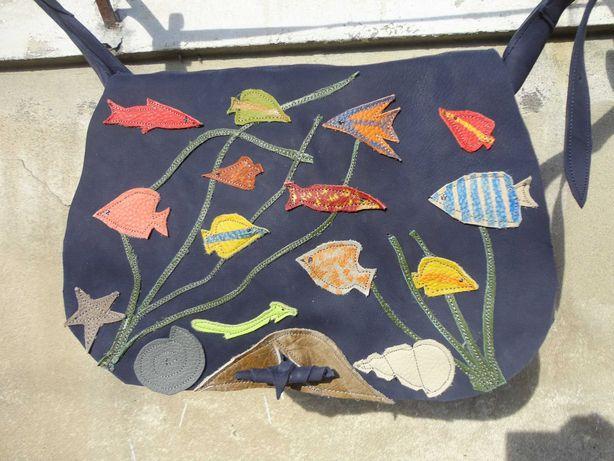 Artystyczna granatowa torba skórzana z akwarium rybkami. Handmade