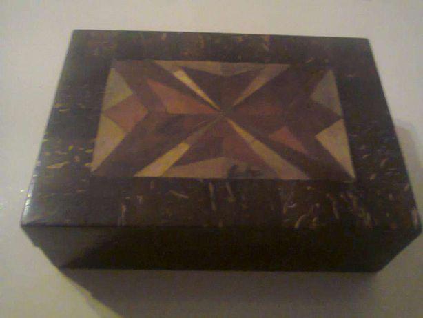 Caixa de madeira guarda-joias proveniente de Cuba