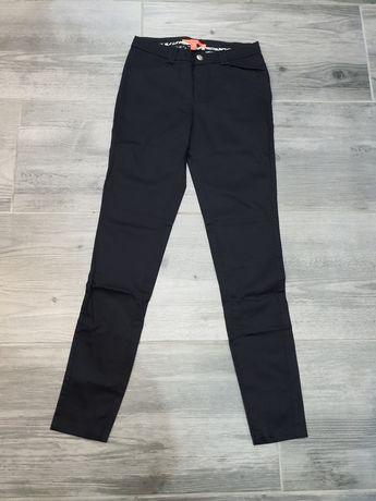 Czarne spodnie Mango