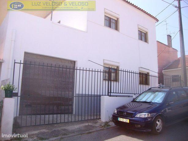 Moradia V3 MOBILADA em Camarate com Logradouro, Terraço e...