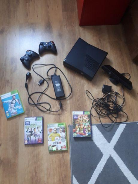 Xbox 360 + kinekt + 4 gry + 2 kontrolery