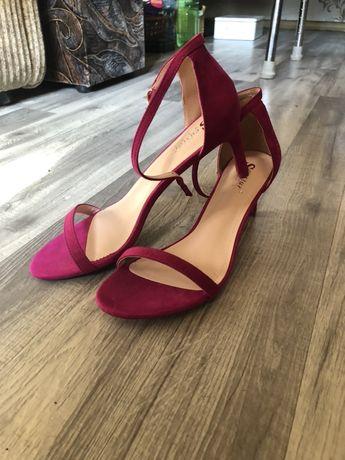 Fuksjowe sandały