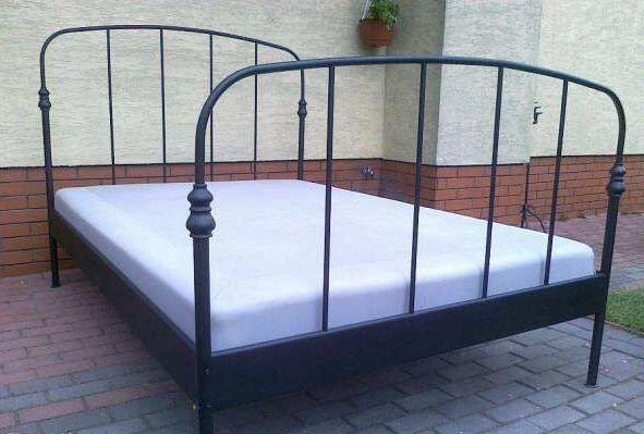 Czarne metalowe łóżko Ikea