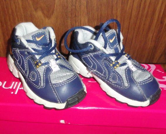 Качественные кожаные кроссовки на малышей фирмы Nike в отличном состоя