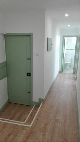 T2 remodelado para alugar em Almada