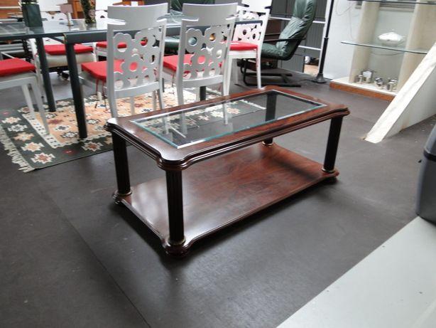Grande mesa de centro em madeira maciça com tampo em vidro