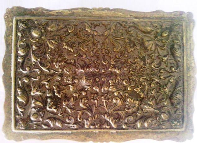 Caixa porta joias em latão com veludo vermelho no interior