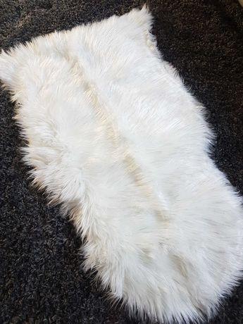 Biały dywanik futrzak włochacz puszysty ze srebrną nitką 65x100 nowy