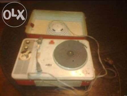 Gira discos em forma de mala de viagem muito antigo