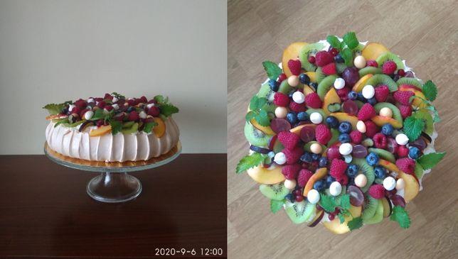 Świeże sezonowe owoce i beza.