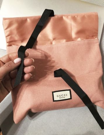 Розовая брендовая косметичка