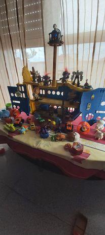 Barquinho  de piratas, com bonecos adaptados