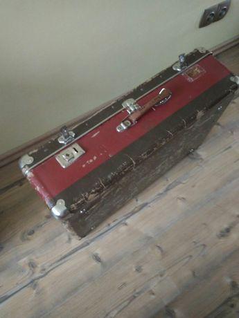 Stara walizka z grubej tektury