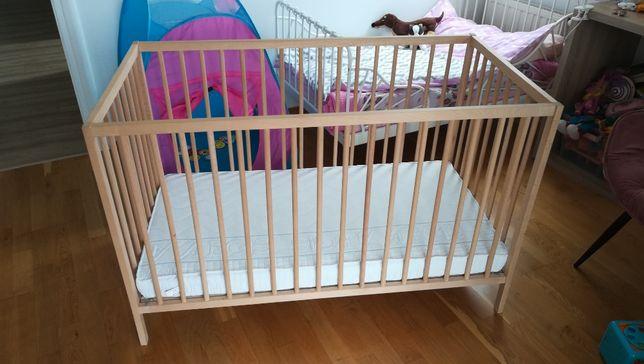 Łóżeczko niemowlęce / łóżko dziecięce drewniane Ikea + materacyk Hevea