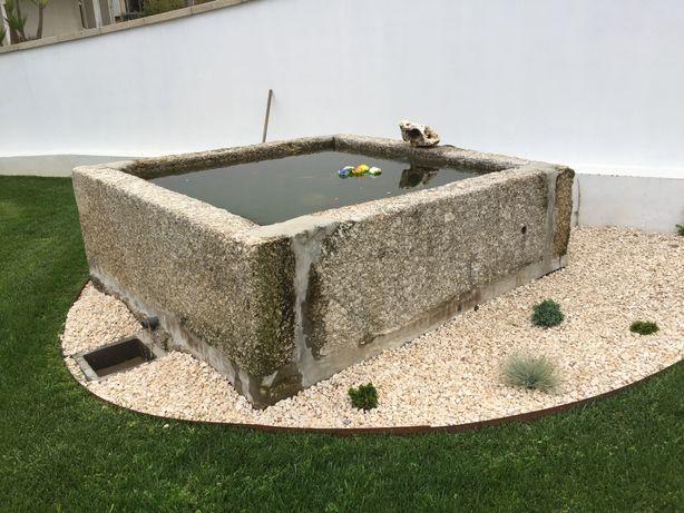 Tanque / lagar de vinho em pedra antiga