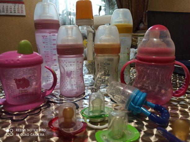 Набор бутылочек Chicco, поильники - непроливайки, ниблер, соски.