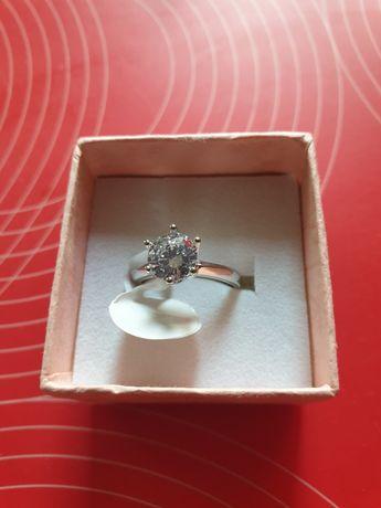 Nowy srebrny pierścionek z cyrkonią