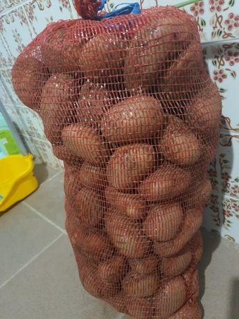 Batata, cebolas e bolina caseira